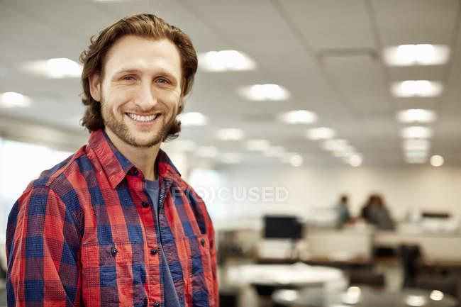 Uomo in un grande ufficio — Foto stock