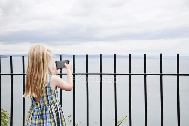 Menina em um vestido de verão verificado — Fotografia de Stock