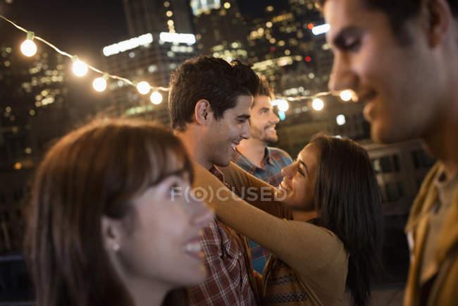 Männer und Frauen auf einer Party auf dem Dach — Stockfoto