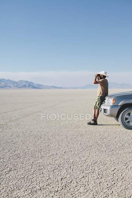 Мужчина, прислонившись грузовик — стоковое фото
