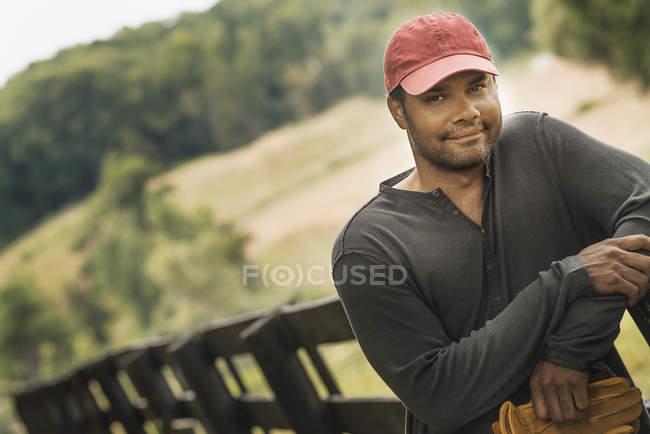 Молодой человек в бейсболке — стоковое фото