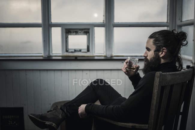 Homem bebendo de um copo . — Fotografia de Stock