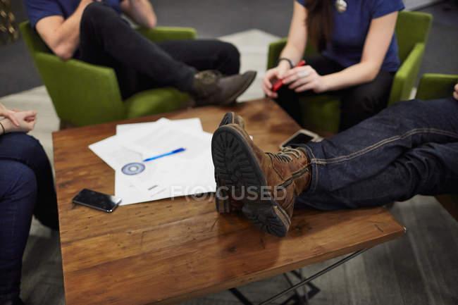 Reunião de quatro pessoas — Fotografia de Stock