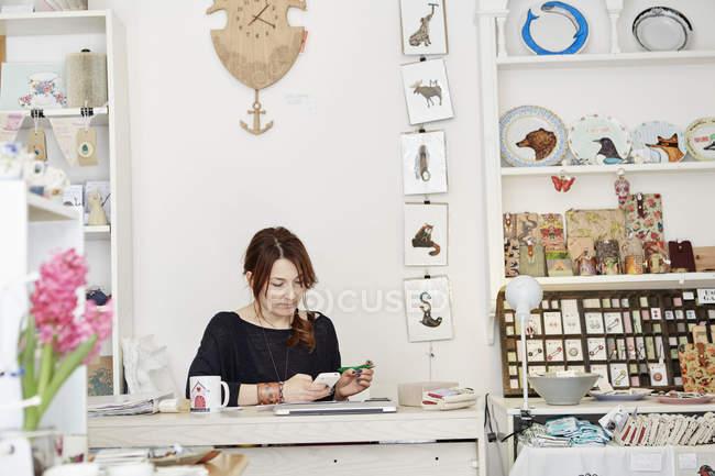Жінка в невеликий сувенірний магазин — стокове фото