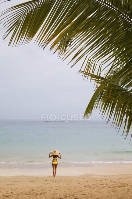 Donna sulla spiaggia appartata — Foto stock