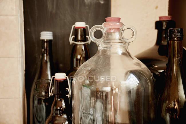 Prateleira de garrafas e jarros — Fotografia de Stock