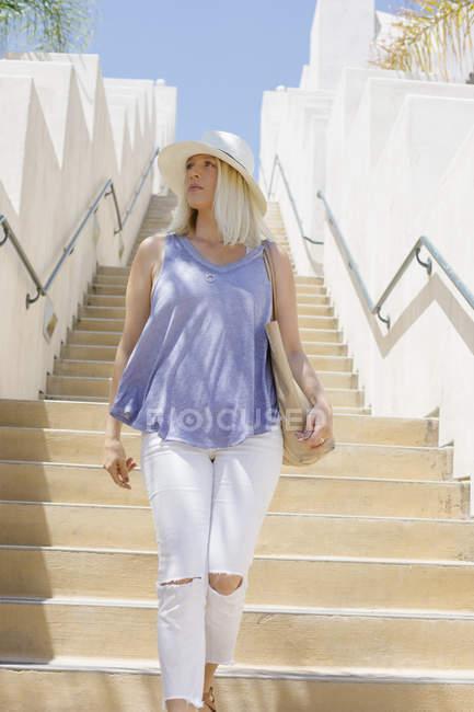 Блондинка жінка йшов сходи. — стокове фото