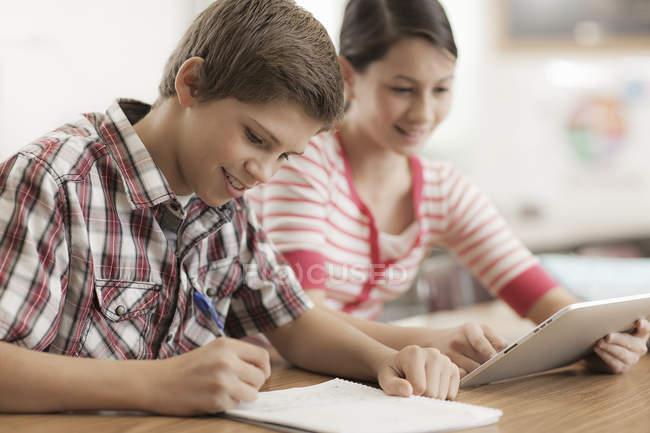 Deux enfants partageant une tablette numérique . — Photo de stock