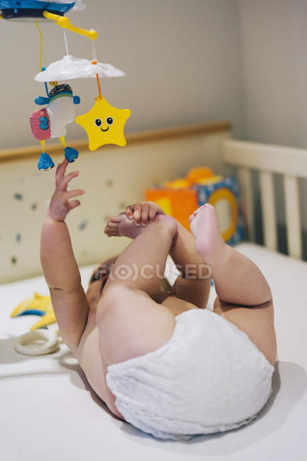 Bambina in un pannolino — Foto stock