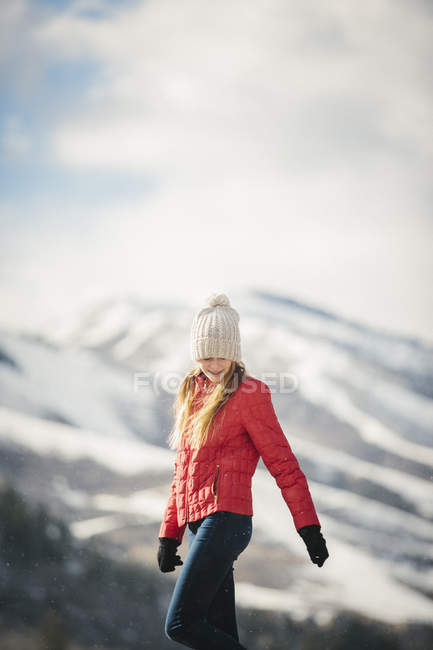 Молода дівчина в червоне пальто в зимовий період. — стокове фото