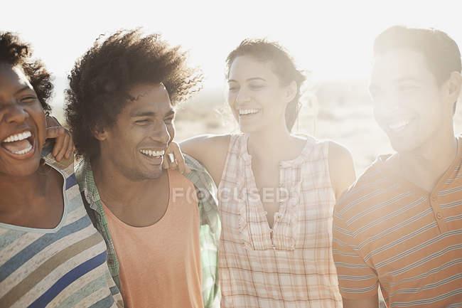 Amigos andando na estrada aberta — Fotografia de Stock