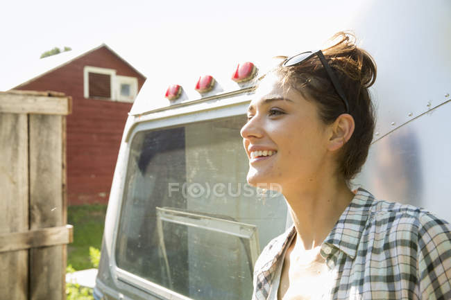 Woman by a silver coloured trailer — Stock Photo