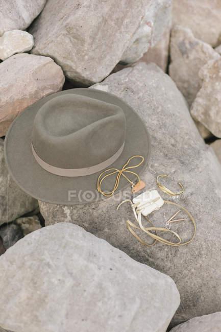 Широкая шляпа с полями на камне . — стоковое фото