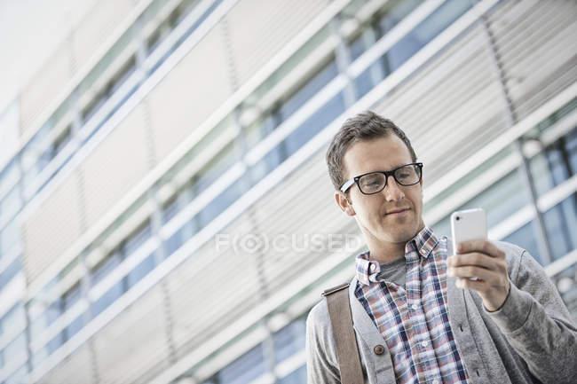 Homme tenant son téléphone intelligent — Photo de stock