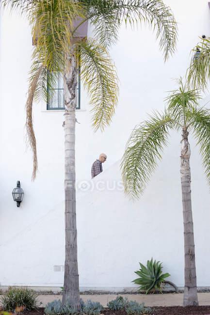 Людини, піднявшись сходи — стокове фото
