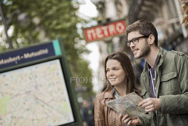 Couple with street map in a city. — Stock Photo
