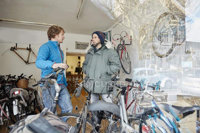 Юноши в велосипедном магазине — стоковое фото