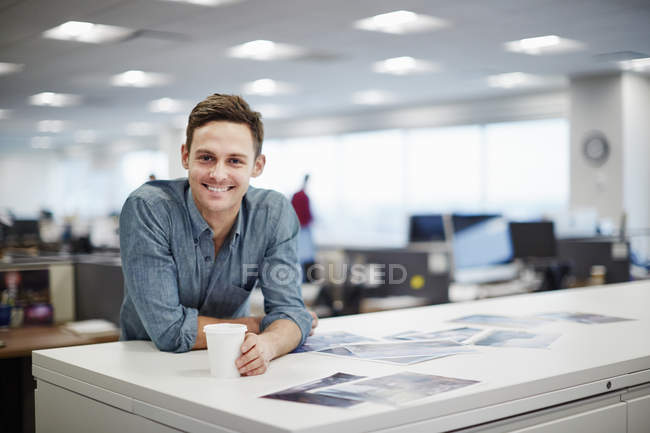 Man smiling and leaning forward — Stock Photo
