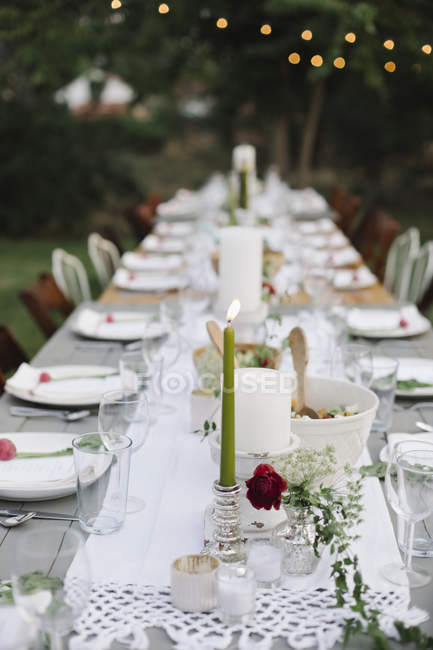 Set de table avec assiettes et verres — Photo de stock