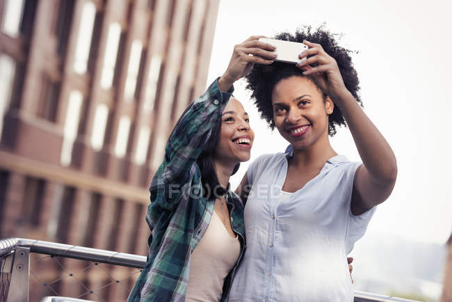 Two women taking a selfie in the city — Stock Photo