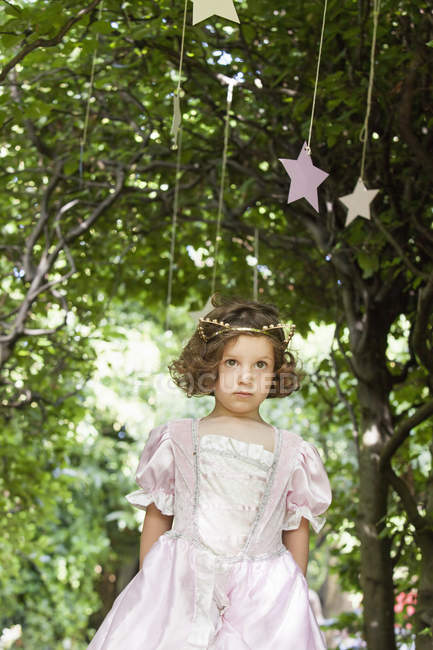 Jeune fille habillée comme une fée — Photo de stock