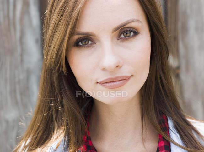 Jovem mulher com olhos castanhos — Fotografia de Stock