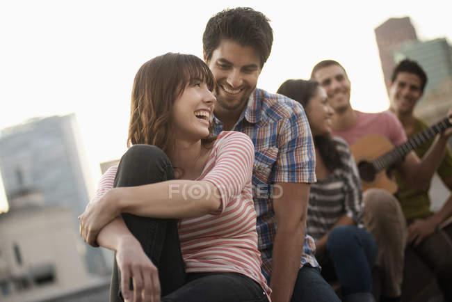 Homens e mulheres reunidas — Fotografia de Stock