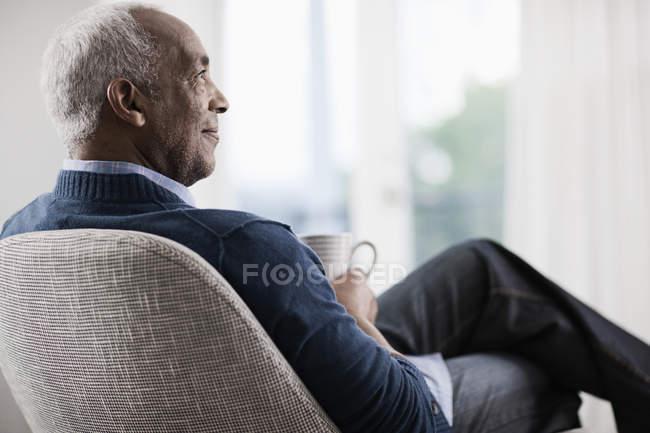 Homme d'âge mûr relaxant avec une tasse de thé — Photo de stock