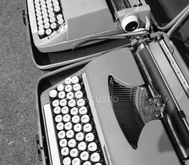 Dos máquinas de escribir en un puesto de mercado - foto de stock