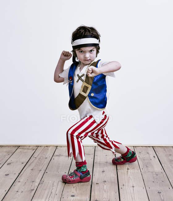 Мальчик в костюме маскарада — стоковое фото