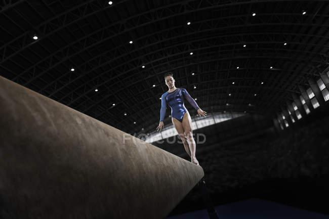 Femme gymnaste effectuer sur faisceau — Photo de stock