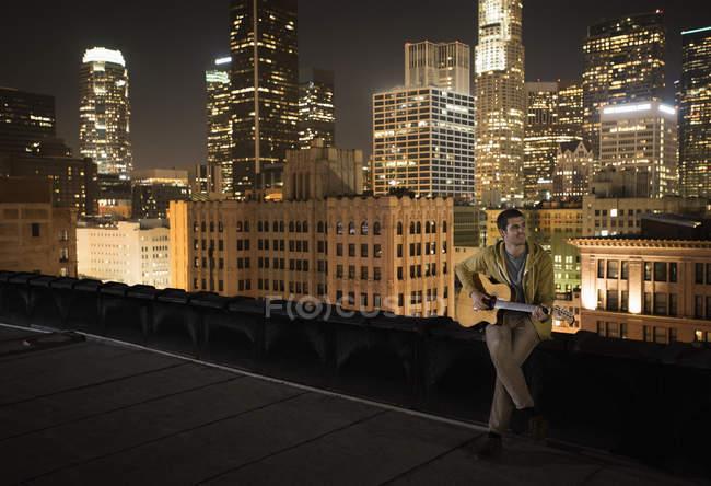 Людина на даху вночі — стокове фото