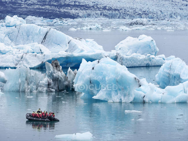 Tourists on Glacial lake — Stock Photo
