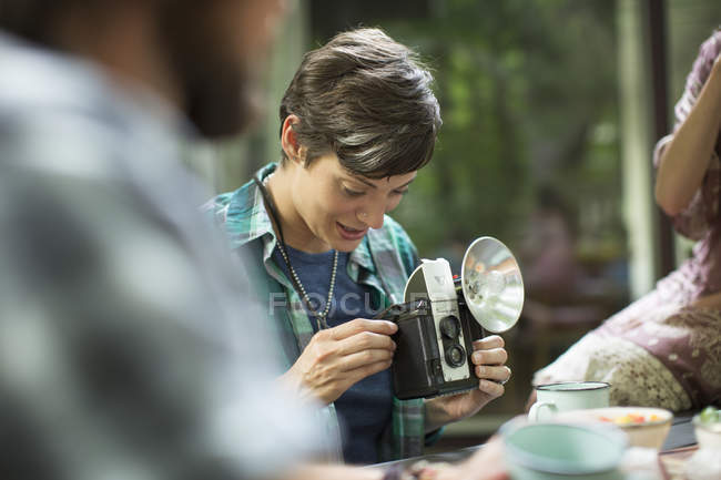 Женщина, используя старинные камеры — стоковое фото