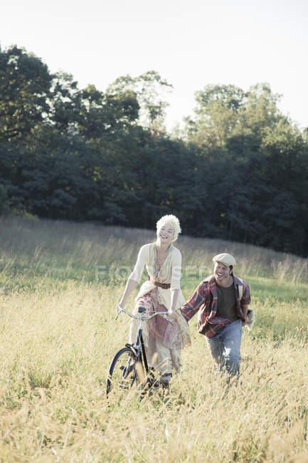 Дівчина на велосипеді штовхають — стокове фото