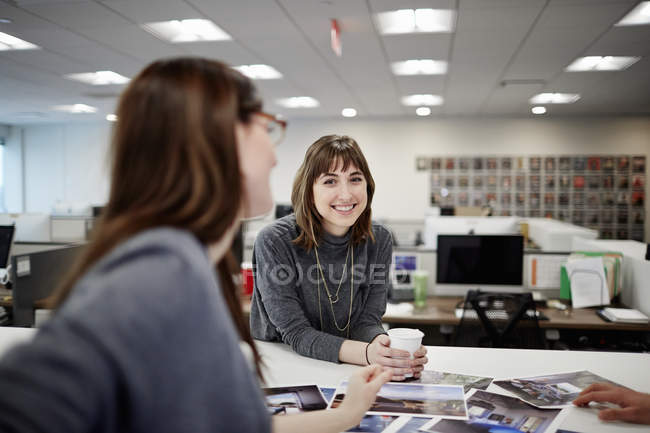 Two wome n seated in an office — Stock Photo