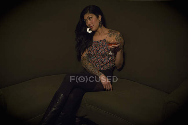 Frau sitzt in einer Cocktailbar — Stockfoto