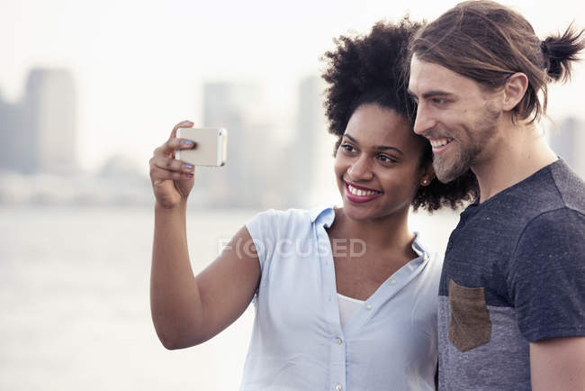 Mann und Frau, die ein Selbstporträt in einer Stadt — Stockfoto