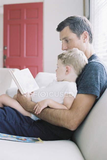 Человек с сыном читает сказку . — стоковое фото