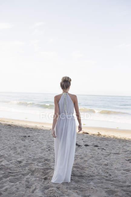 Femme blonde sur la plage de sable fin . — Photo de stock