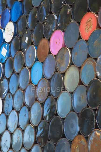 Linhas de barris de petróleo — Fotografia de Stock