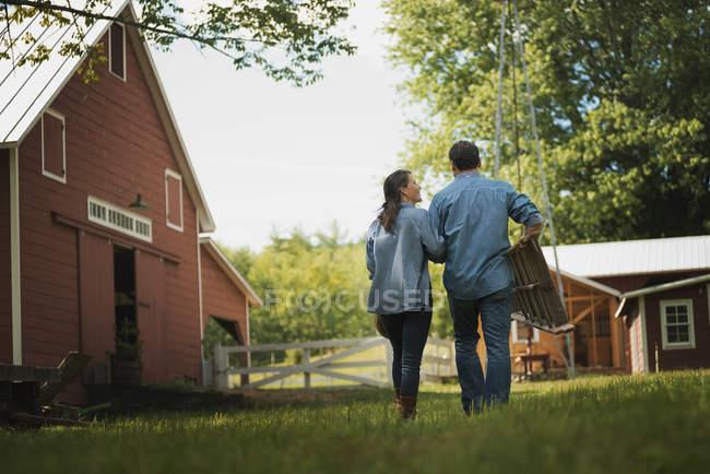 Мужчина и женщина во дворе — стоковое фото
