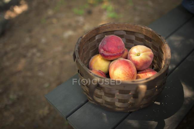 Korb mit frischen Pfirsichen — Stockfoto