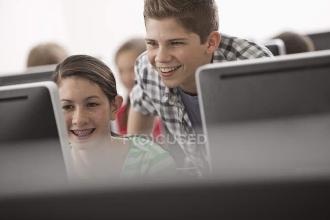 Junge Leute schauen auf Bildschirm. — Stockfoto