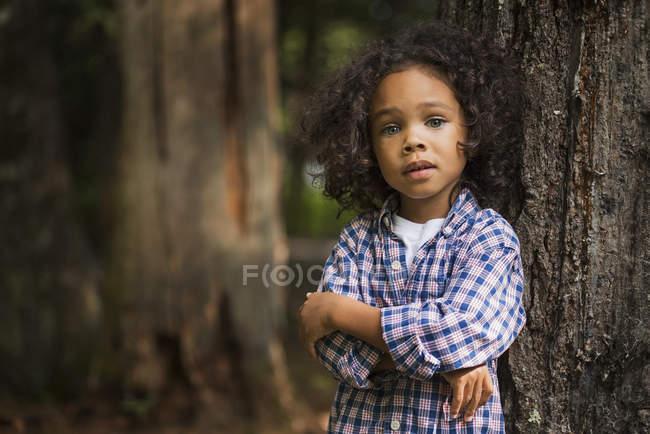 Хлопчик з склавши руки — стокове фото