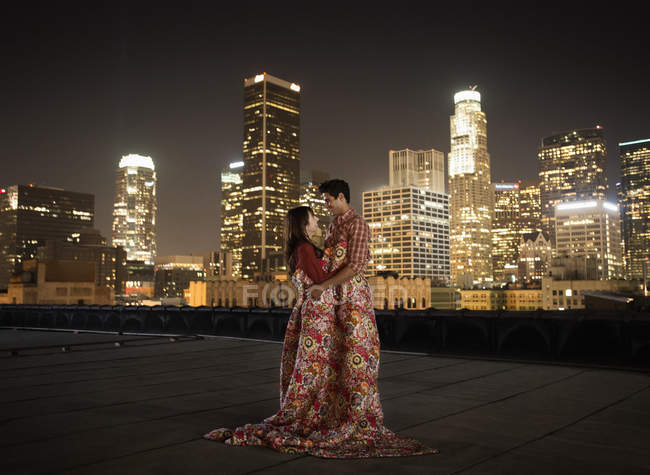 Casal em um telhado deformado em cobertores . — Fotografia de Stock