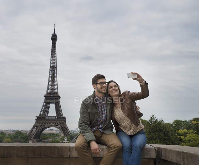 Пара делает селфи с Эйфелевой башней — стоковое фото