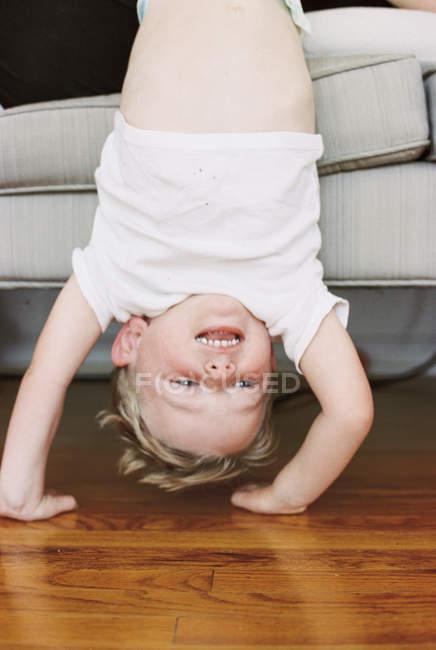 Kleiner Junge macht einen handstand — Stockfoto