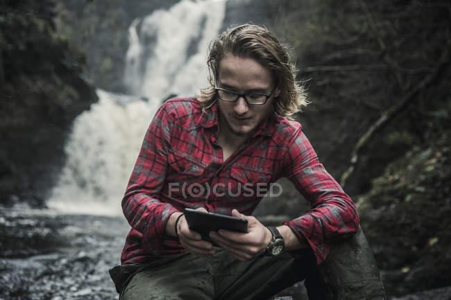 Uomo utilizzando una tavoletta digitale. — Foto stock