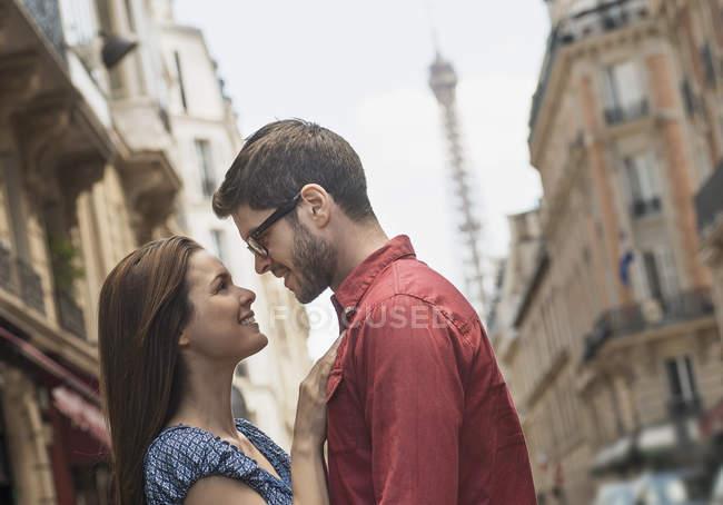 Paar auf einer Straße in der Stadt. — Stockfoto